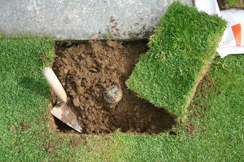 Sostituire un irrigatore senza danneggiare il prato for Prato erboso a rotoli